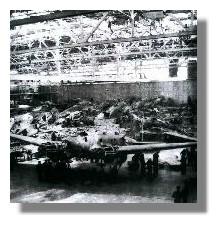 Zerstörte Halle 64 der Heinkelwerke, hier fand die Endmontage des Bombers He 111 statt, 1942