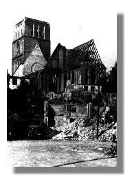 Blick auf die vollkommenausgebrante Nikolaikirche vom Mühlendamm aus, um 1942