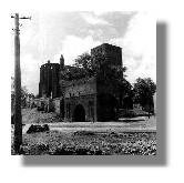 Das stark zerstörte Petrikirche mit dem ebenso in Mittleidenschaft gezogenen Petritor, um 1945